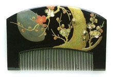 Umematsu month pattern mother-of-pearl lacquer Kushihitsuji 遊斎 Museum comb hairpin KanzashiSawa Suginoi Hosomi Hosomi Museum Edo exhibition ... Comb has design of plum and pine trees against the moon. Maki-e and mother-of-pearl inlay. Signed Yoyusoi.