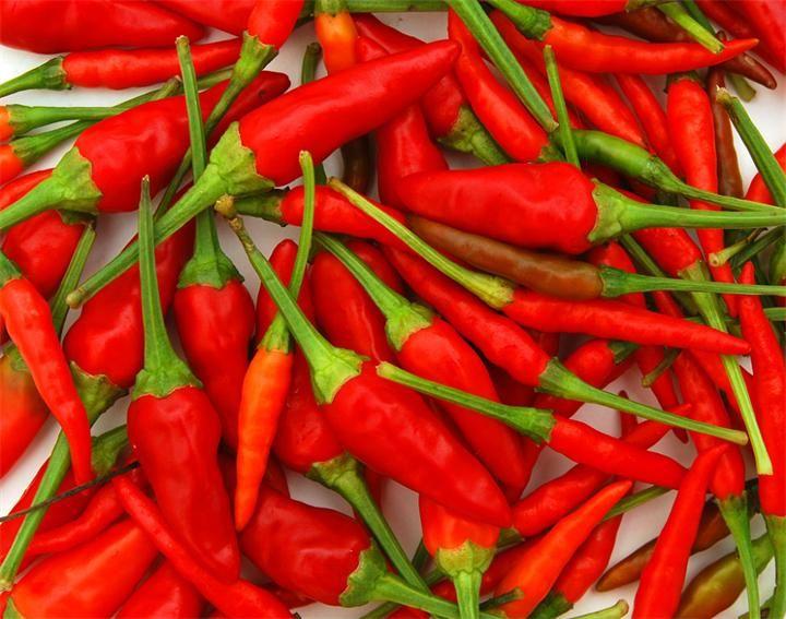 Перец Чили Красный перец обладает сильным пряным ароматом и вкусом от пряного до острого и даже очень жгучего (обусловлен содержанием фенольного соединения капсаицина (ванилиламид...