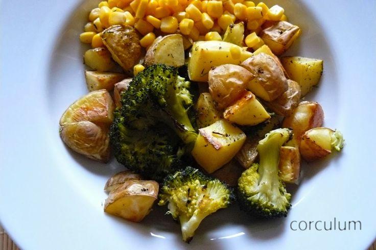 """www.corculum.blogspot.cz Pokud chcete také vyzkoušet pečené brambory s kukuřicí a brokolicí připravte si:  250 g brokolice 6 kusů středních brambor 1 malou plechovku sladké kukuřice (140 g) sůl, pepř, koření a olivový olej    brokolici si natrháme na """"akorátní kousky""""  a dáme je samostatně vařit po dobu 5 minut dáme si vyhřívat troubu na 200°C brambory nakrájíme na kostičky..."""