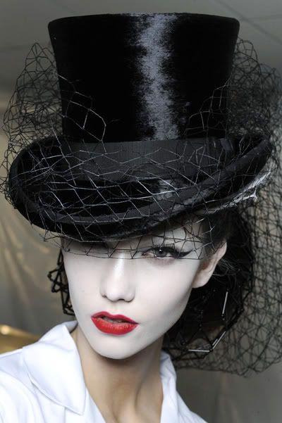 Cartola  um chapéu de copa alta e cilíndrica, comumente em preto.