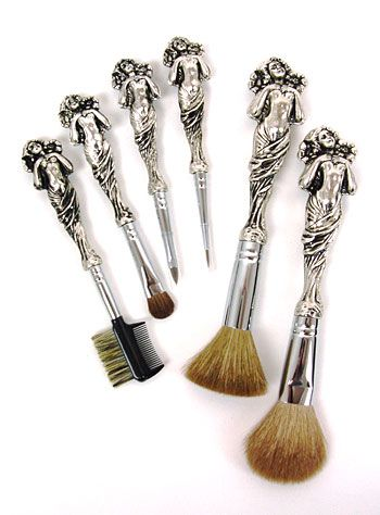 I love this brush set!! If anyone needs help on what to get me for Christmas, this is a good idea!