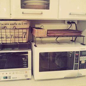 女性で、のテーブルランナー/アイアンウォールバー/セリア/アイアンかご/キッチン…などについてのインテリア実例を紹介。「セリアのウォールバーで、電子レンジ上の台を作りました♡マグネットシートが貼ってあるので安定してます。 アイアンかごにテーブルランナーを巻いて中身が隠せるようになってます。」(この写真は 2014-05-29 19:07:37 に共有されました)