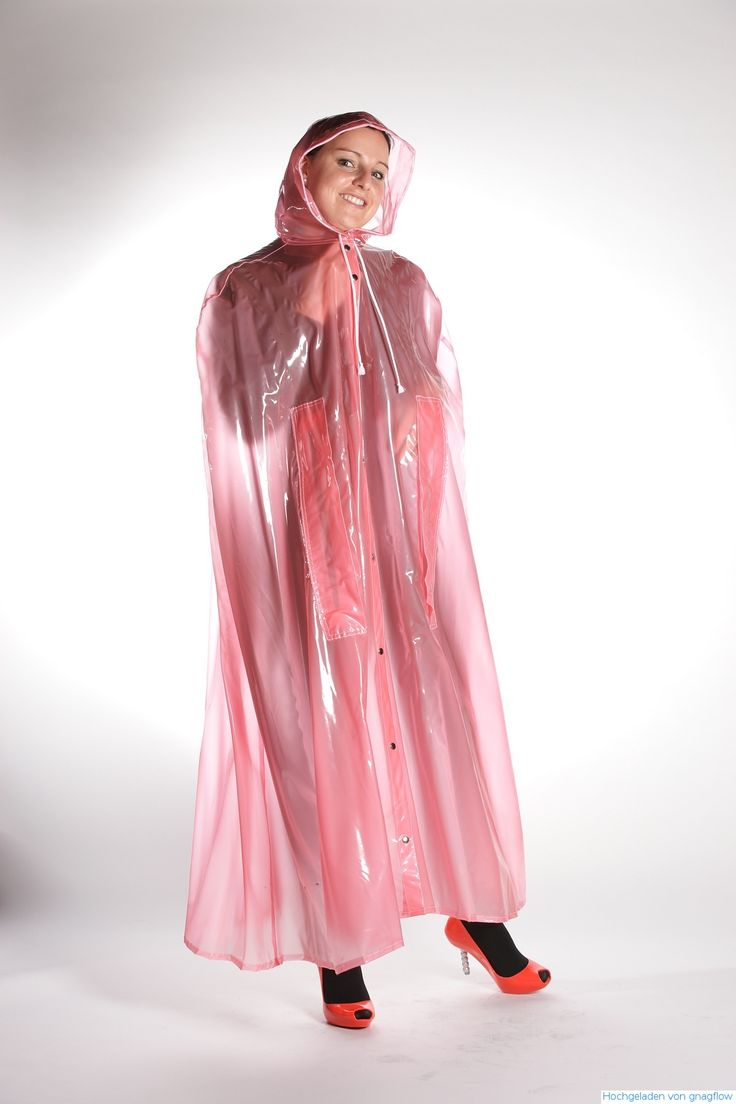 Junge Frau geschützt in einem rosa Regencape