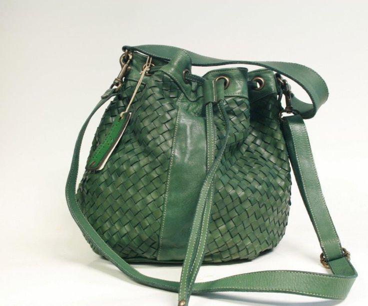 Borsa in vera pelle intrecciata a mano disponibile in tanti colori sul sito! - Genuine leather bucket bag, available in many colors on our website! #madeinitaly #artigianatoitaliano #madeinitaly #shoponline