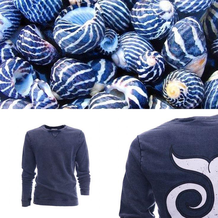 FELPA GIROCOLLO LEGGERA Brad Blue navy 98,00€ Morbida felpa girocollo, cotone non garzato, tintura marmorizzata, coda sfumata jungle surf 100% cotton made in italy