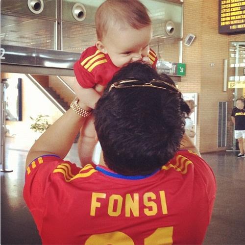 Luis Fonsi y la pequena Mika