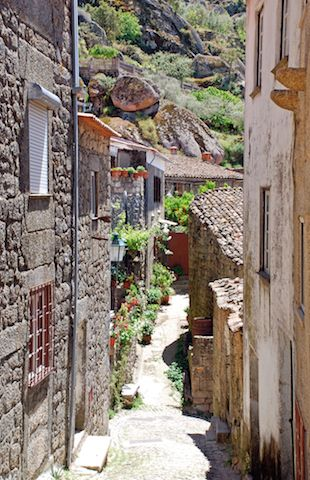 【ポルトガル】岩と村が共存する不思議な村「モンサント」ポルトガル旅行・観光の見所を集めました。