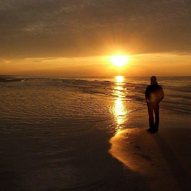 На море волшебно совершенно в любую погоду!  #море #силуэт #закат #солнце #природа #отражение #залив #seaside #sea #nature #sun #silhouette #reflection