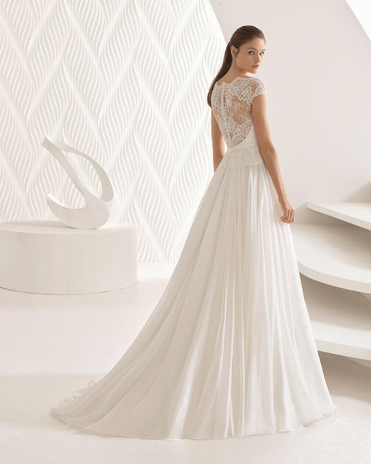 Robe de mariée style évasé en dentelle avec pierreries et voile, col illusion. Collection 2018 Rosa Clará.
