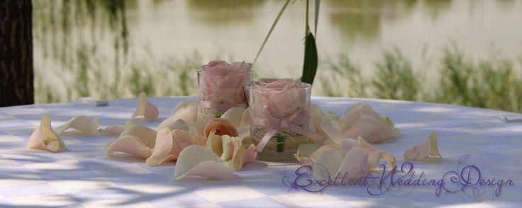 Rózsaszín esküvői dekoráció- könyöklő asztaldísz