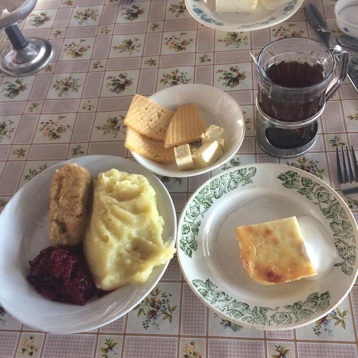 #nextcamp#всмоленске#нашвкусныйзавтрак наивкуснейшая запеканка со сметаной, рыбная котлета с пюре и свеклой,а так же чай,масло и сыр