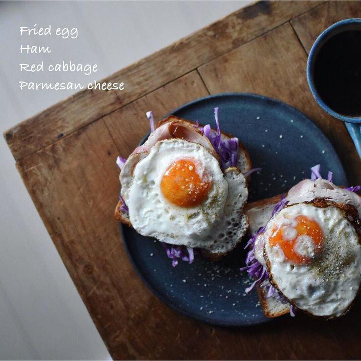 Todays the ham egg toast! リッチなラピュタパン  今日はハムエッグ 鉄フライパンで 目玉焼きを焼くと フチがカリカリになるのが好き 目玉焼きって 家族分を焼くときフライパンにいくつも卵が並んでてそれぞれのお皿に切り分ける風景っていいなと思うんです
