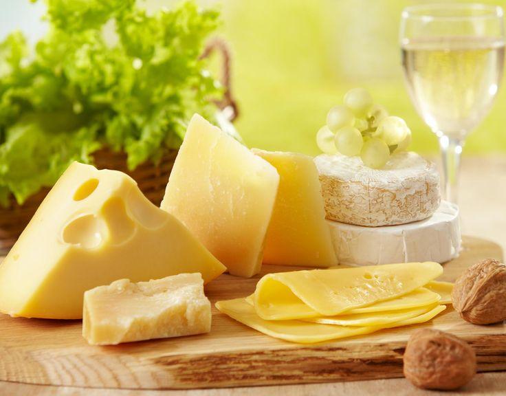 SOUND: https://www.ruspeach.com/en/news/13495/     Если вы очень голодны, но у вас нет возможности полноценно поесть, то можно перекусить. Однако для это используйте не энергетические батончики или пончики, а кусочек сыра. Сыр является очень калорийным и полезным продуктом. Он быстро утолит голод и принесёт пользу вашему организму. В качестве перекуса можно также использовать орехи. Они полезные и сытные.    If you are very hungry, but you have no opportunity to eat a full me