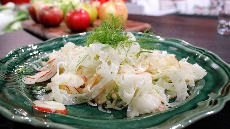 Frisk fräsch sallad på syrliga äpplen. Passar fint till fisk och lite fetare kötträtter.