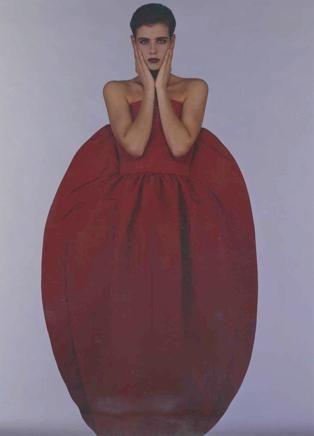 Nel 1988, Krizia lancia la donna uovo, oggi simbolo massimo di attualità. Diceva: «Mi piacciono i volumi che rientrano in un disegno preciso: triangolo, rettangolo o elementi di cerchio. Nella foto un modello fotografato da Giovanni Gastel che ha seguito la stilista a lungo.