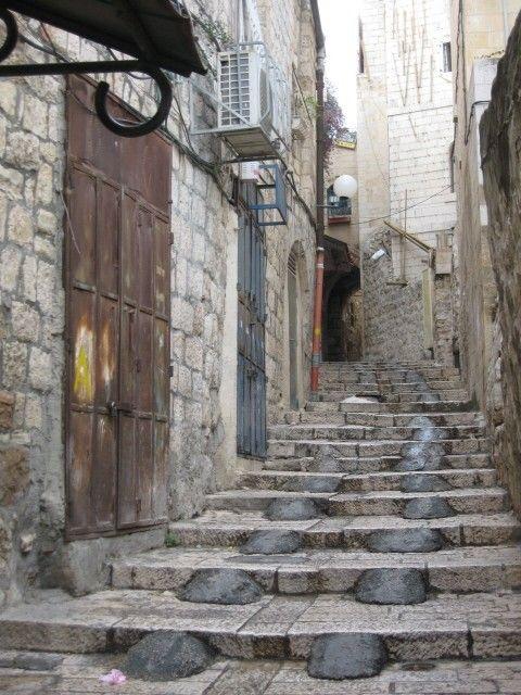 Items similar to Photographie d'Israël, porte marron, Cobble Stone Street, gris, escalier dans le vieux Jérusalem on Etsy