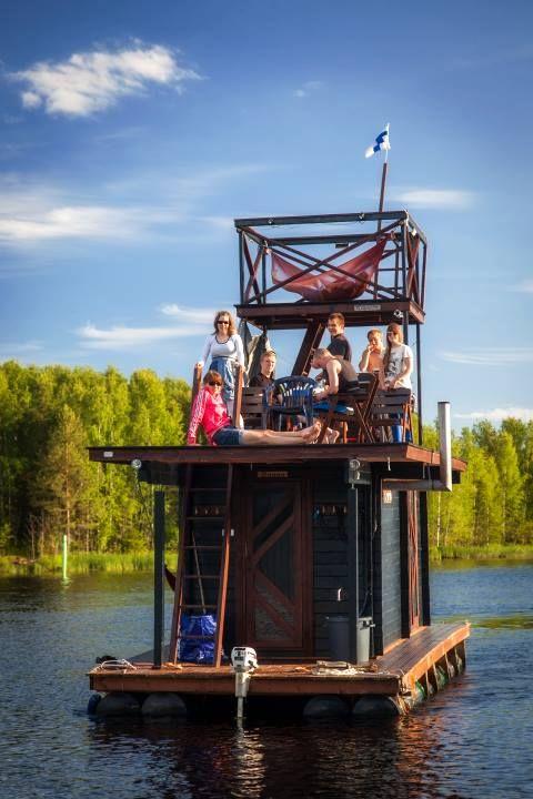 Finlandeses usam materiais reaproveitados para construir barco-sauna
