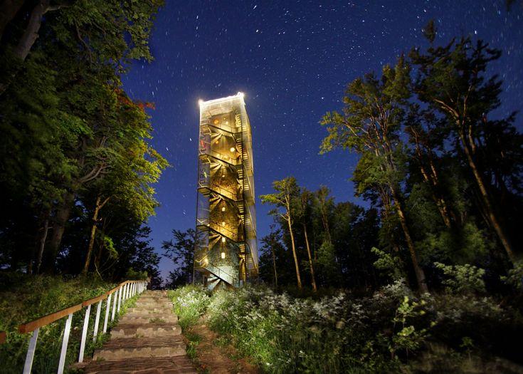 Megnyílt az Országos Kékkör turistaútvonalán a korszerű, környezetbarát turistacentrum, és újra látogatható a közelében lévő, Péter-hegyese kilátó.