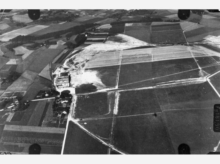 Hier: Flug 15, Bild 414. Position der Kamera: fotografiert über dem heutigen Mülheim-Menden-Holthausen und Essen-Haarzopf, etwa über dem Bereich zwischen Zeppelinstraße/Lilienthalstraße, A52 und Horbeckstraße. Im Bild: der Flughafen Essen-Mülheim.
