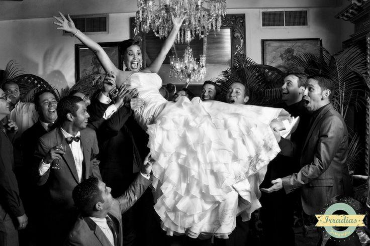 Fotografia entre amigos de la boda de mariana y jaime con Irradias