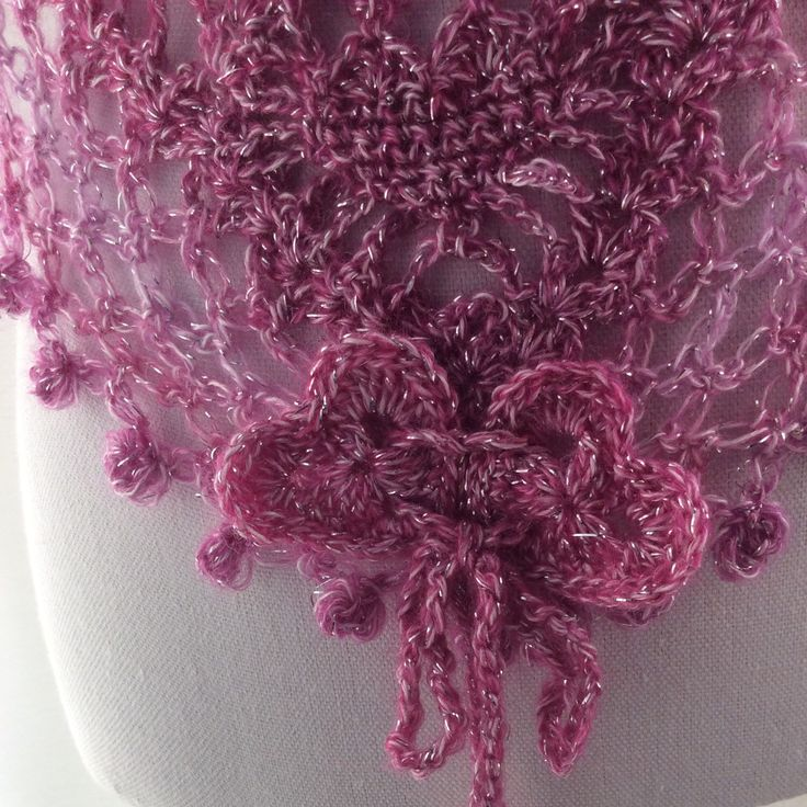 Gehaakte harten sjaal in rose overlopende kleuren. Leuk voor Valentijn. Crochet Shawl/ cowl/stole/wedding shawl/wrap. valentine's Day present.