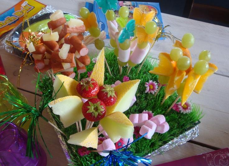 traktatie voor kinderen met snoep en fruit