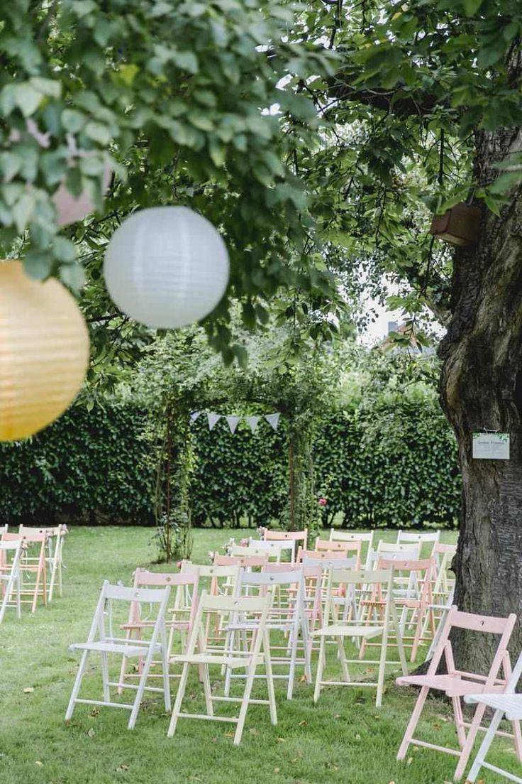 Gartenhochzeit Kastanienhof Koln Mit Pastellfarbenen Stuhlen Hochzeit Garten Gartenhochzeit Hochzeitszeremonie Dekoration
