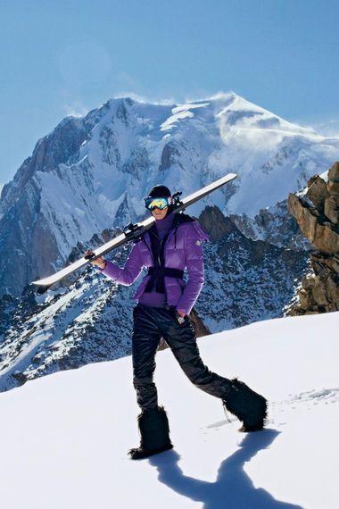 Daunenjacke mit schwarzem Stretchgürtel, von Moncler. Fellboots: Bogner. Ski: Chanel