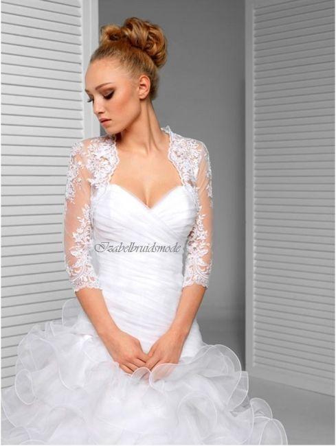 Exclusieve bruidsbolero in Spaanse stijl met 3/4 mouwen. Gemaakt van prachtige kant met subtiele kraaltjes en pailetjes. Mogelijke kleuren: wit of ivoor.  -