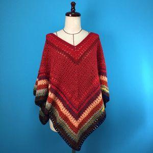 一点もののボヘミアンポンチョです。使用した糸は、インポートをはじめ、1960年代のデッドストックレトロ糸など、色合いをあわせて選んだいろいろな毛糸です。柔らかい色合いと、やさしい肌ざわりが特徴です。春先まで大活躍のおすすめニットです。スカート、パンツとボトムを選ばずコーディネートが楽しめます。ニットですので、下記参考寸法は目安寸法になります。アイテム詳細■参考寸法:ワンサイズ、着丈(後ろ中心)80cm、身頃丈65cm■素材:ウール、カシミア、ラメ他