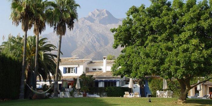 CASA LA CONCHA - Marbella :: Chique boutique bed and breakfast op een heuvel in Marbella. In de weelderige tropische tuin liggen 5 luxueuze cottage suites. De stijl is boho-chic met een Franse touch: licht, kleurrijk en ruimtelijk. De ligging is rustig, met het prachtige achterland, de oude binnenstad en het bruisende uitgaansleven van Marbella op een steenworp afstand. Ideale lokatie voor een ontspannen en romantische vakantie aan de Costa del Sol. www.escapada.eu/casa-la-concha