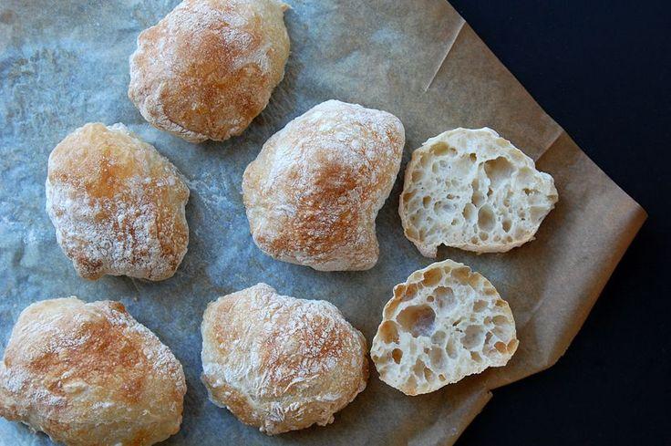 Hvem drømmer ikke om, at bage lækre sprøde og luftige boller i eget køkken? Enhver med respekt for køkkenet, vil elske at sætte tænderne i disse smagfulde boller med knasende skorpe. De er super nemme at bage, og kræver blot fire ingredienser og lidt tid på hånden. Opskriften giver 12-15 boller, som er perfekte til både brunch, madpakke og tapas.Ideen til disse boller stammer fra Youtube videoen nederst i indlægget. Jeg har dog eksperimenteret lidt med noget andet mel, for at få en bedre…