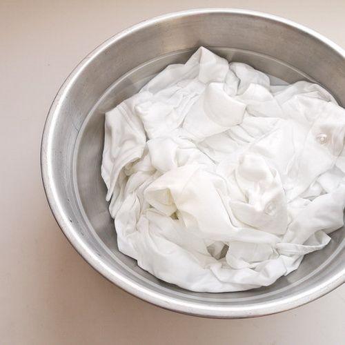 Wil je je witte was weer witter dan wit? Met deze tips zijn vergeelde kleren verleden tijd. Maak een sopje Dit heb je nodig 1 vaatwastablet of 1 kopje afwasmiddel 1 schepje soda een half kopje witte azijn wasmiddel een emmertje of bakje Meng alles in een bakje Meng daarna alle ingrediënten met 3 kopjes … Continued