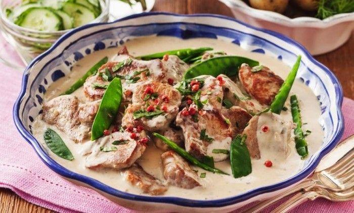 Snabblagad fläskfilégryta som är god att servera med kokt färskpotatis, sockerärter och inlagd gurka.