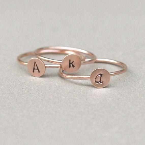 anello iniziale. Anello distanziale monogramma oro rosa. UNA mano timbrato anello oro lettera riempita. gioielli personalizzati iniziali.