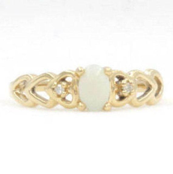 Dieses exquisite Ring hat auffällige Details mit ein halbes Karat Opal und.04 Cttw Akzent Diamanten in 14K Gelbgold. Opal ist der Geburtsstein für Oktober. * Artikel Details * Metall: 14K Gold Steine: Opal Gewicht: 2,1 Gramm Schnitt: Oval Messung: 0,5 ct Bitte beachten Sie, dass Vintage