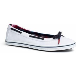 Canvas sneaker in nautische stijl, contrast veter met strikje op de neus.  www.shopwiki.nl #schoenen #sneakers