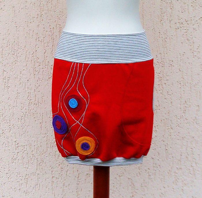 Sukně červená s aplikací II. Sukně je ušita z krásně červené teplákoviny (100% bavlna), z rubové strany počesaná, je krásně teploučká. Sukně je vsazená do pružného úpletového pásku šedobéžové proužky - bavlna/elastan. Sukni můžete nosit na lehce sníženém pase nebo jako bokovou. Stejný úpletový spodní lem tvoří balonový efekt sukýnky. Na předním díle ...