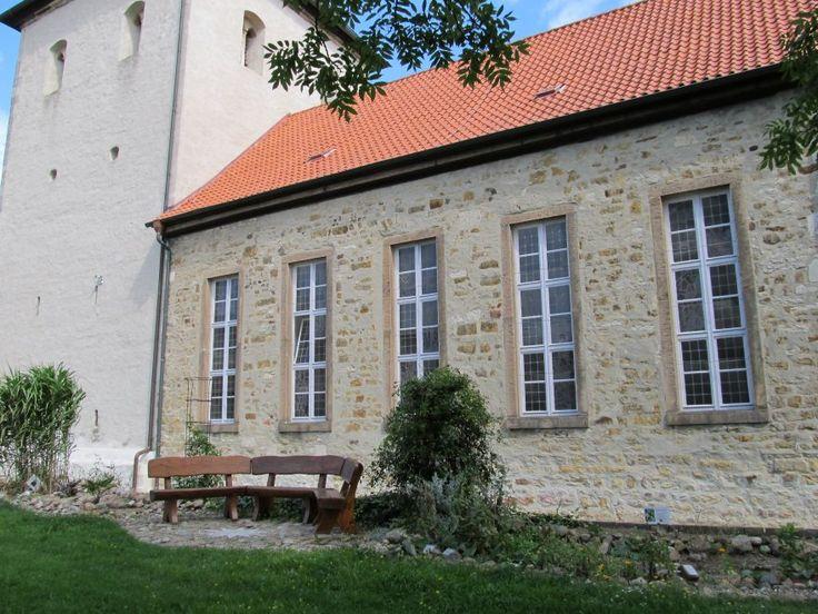 Gemütlich sitzen im Schatten von St. Adrian in Heiligendorf, siehe: http://www.hattorf-kirche.de/