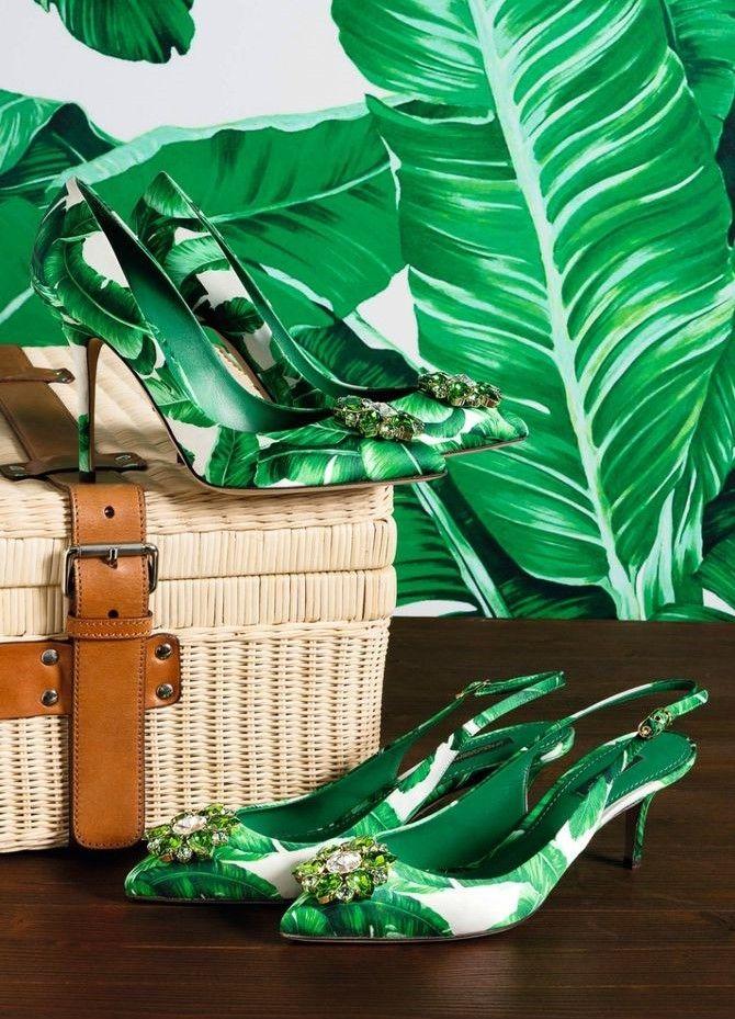 """Te acuerdas de la colección """"Botanical garden"""" de Dolce & Gabbana que se presento el año pasado para verano 2017??  💚💚 Pues está más actual que nunca: el color greenery, estampado tropical hasta en la sopa, a parte de en bolsos y zapatos. Bordados y adornos de frutas e insectos y es que lo tiene todo... 💚💚 #colecciones #moda #estilo #diseño #verano #printtropical #dolcegabbana #collectiones #fashion #trendy #style #design #details #inspiration #lookbook #love #beautiful #glamour #luxury…"""