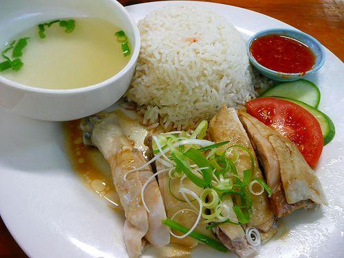 Hainanese Chicken Rice, ou frango com Arroz de Hainan é um prato de origem chinesa, porem comumente associado com  a cozinha malaia ou Cingapuriana. E chamada assim devido às suas raízes em Hainan na China e foi trazida ao sudeste da Ásia por imigrantes provenientes da região de Nanjing e hoje combina elementos das cozinhas Hainanese e cantonêsa, juntamente com preferências culinárias no Sudeste Asiático.