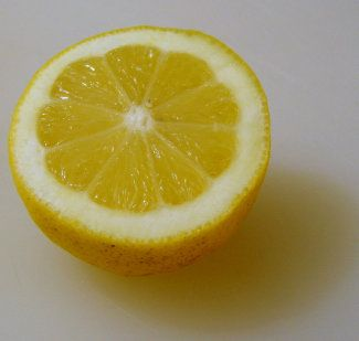 si lo que necesitamos son sólo unas gotas de limón, en lugar de abrir éste, basta con hacer un pequeño orificio en la cáscara para que salgan esas gotas a través de él y así no haya que partirlo entero. De esta forma, se conservará más tiempo.Si  usamos la mitad de un limón, para que la otra mitad que guardaremos en la nevera no se eche a perder en pocos días, basta con espolvorear un poco de sal por encima de la misma