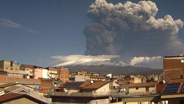 Una nuova intensa attività stromboliana è ricominciata sull' Etna. Dal cratere Sud- est del vulcano si è sprigionata una grossa nube di cenere lavica che il vento ha spinto sul versante ionico della provincia etnea. L'alta colonna di fumo, quasi tre chilometri, &egra