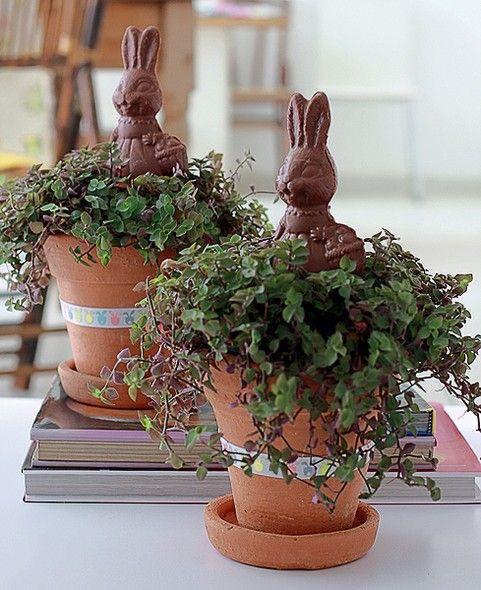 Na saída, os adultos não vão embora com as mãos vazias. Os vasos de barro com tostão levam coelhinhos de chocolate  (Feliz Páscoa | Happy Easter)