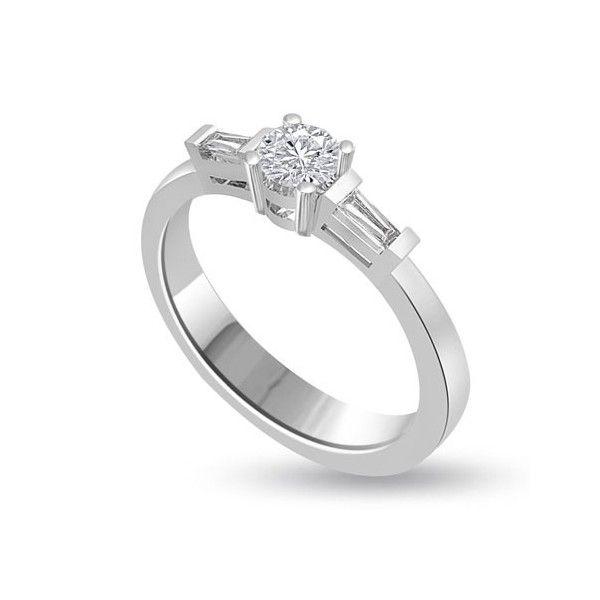 Anello di fidanzamento Solitario composto con diamante sul gambo 18ct oro bianco | Solitario Composto con Diamanti Taglio Baguette sul gambo. Il peso totale dei carati per questo anello va da 0.30ct a 1.0 con il diamante centrale da 0.14ct a 0.40ct e i 2 diamanti laterali da 0.16ct a 0.60ct. Il diamante centrale e` sono taglio brillante e i laterali taglio baguette tutti montati in griffe sono disponibili da F ad H colore e da VS1 a HSI1 purezza.L`anello e` accompagnato dal certificato del…