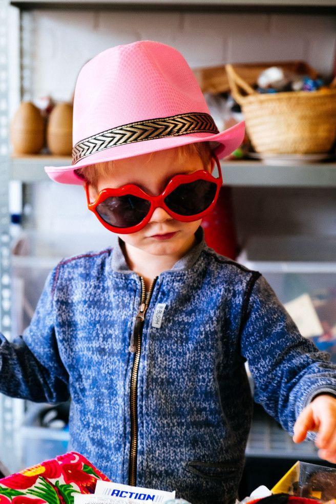 Zonnebril en roze hoed- Kinder fotografie- child photography- http://www.mylucie.com