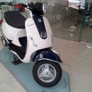 Two tone Vespa LX 125 Scooter (2)
