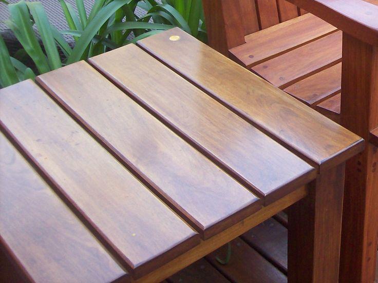 Mesa de arrime Ondas, para acompañar una reposera o un sillón.