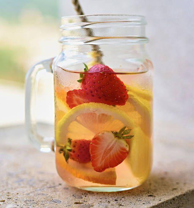 Sangria i en frisk och fräsch sommarvariant gjord på rosévin.