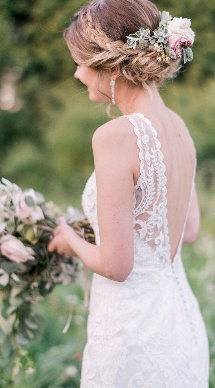 Chic Bride Laura Bradshawu0027s Elegant Outdoor Wedding.